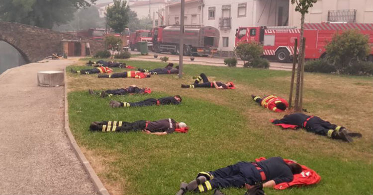 Here's The Truth Behind The Photo Of Firefighters That's Being Shared All Over Facebook This Week