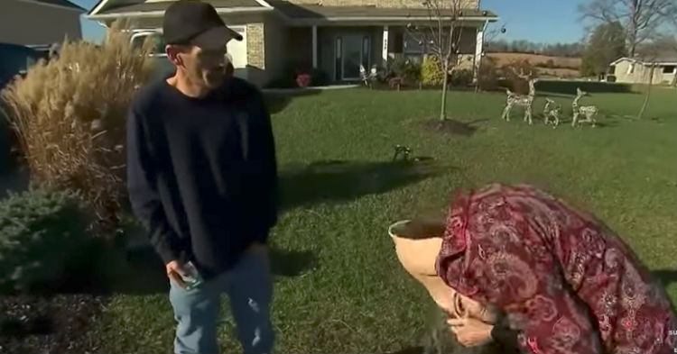 Plumber Thinks He's Scamming An Elderly Customer, Then She Takes Off Her Disguise (video)