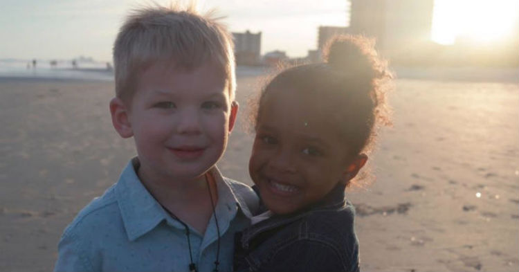 Can You Spot Why Photo Of Two Children That Are Strangers Is Going Viral?