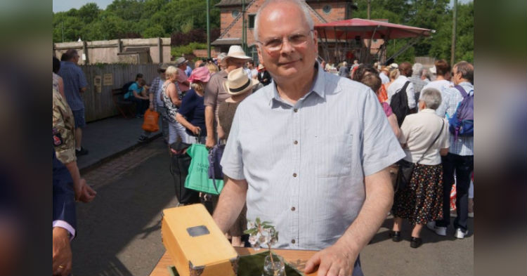 Guy Brings Small Plastic Looking Flower Onto Antiques Roadshow, Sets Record For Priciest Item