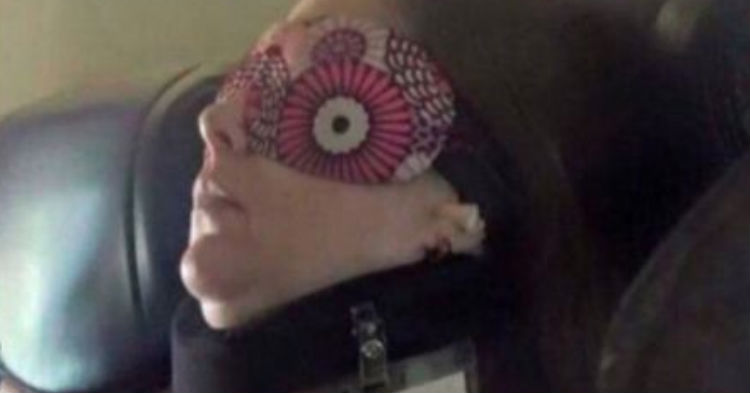 People Are In Hysterics After Seeing Note Lady Attached to Her Pillow Before Falling Asleep